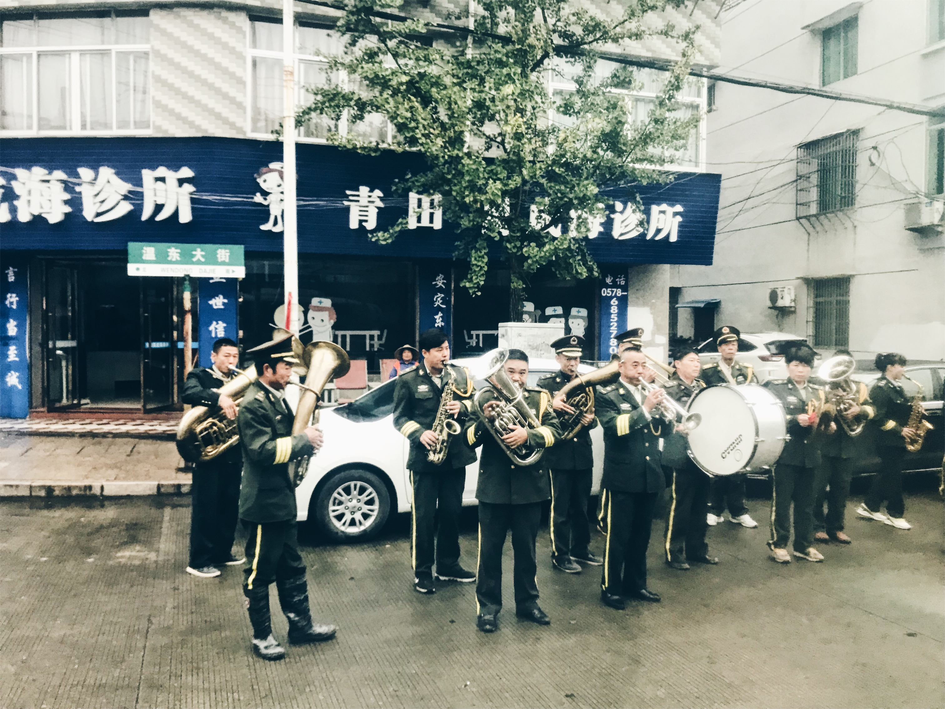 Chinese funeral - fanfare waiting