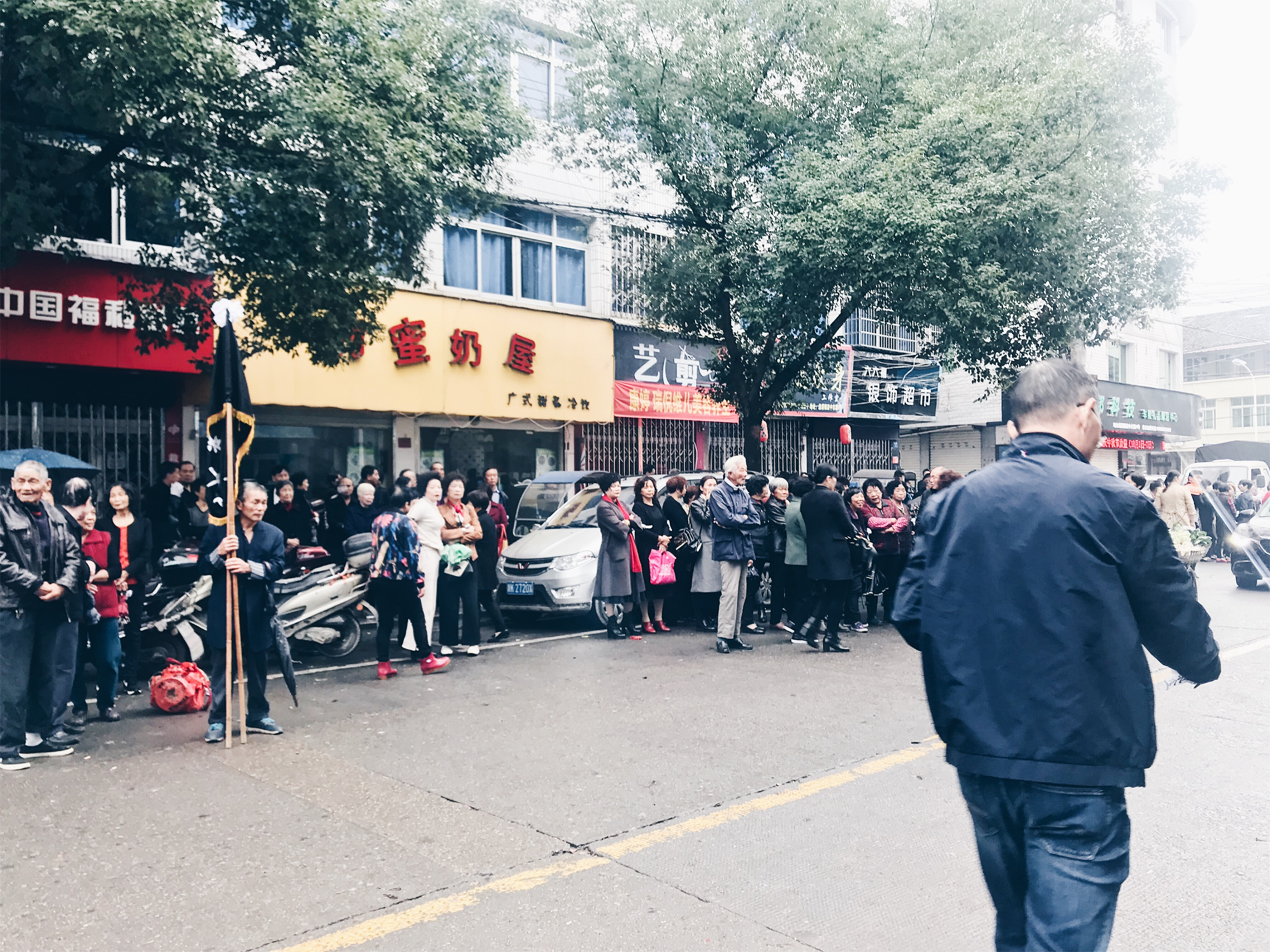 Chinese Funeral - lining up to pay last respect